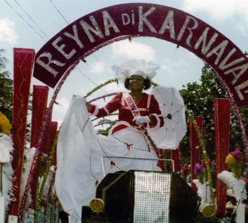 "The slogan of the 1971 Carnival was ""KARNAVAL PA UN I TUR I PA UNI TUR."""